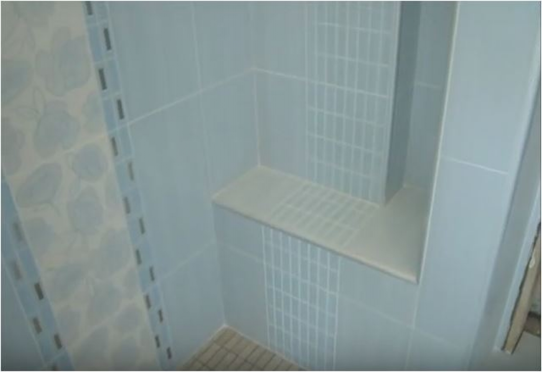 Ristrutturazione bagno Moderno con piatto doccia mosaico in opera a ...